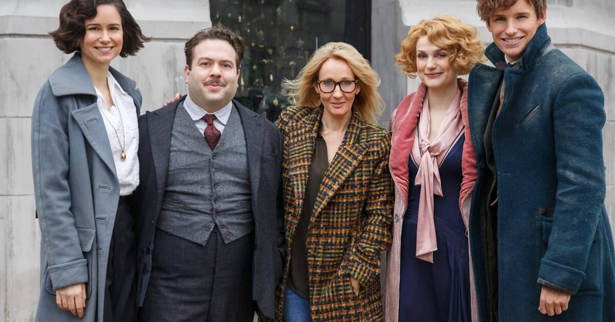 JK Rowling ao lado do elenco de Animais Fantásticos no set de filmagens
