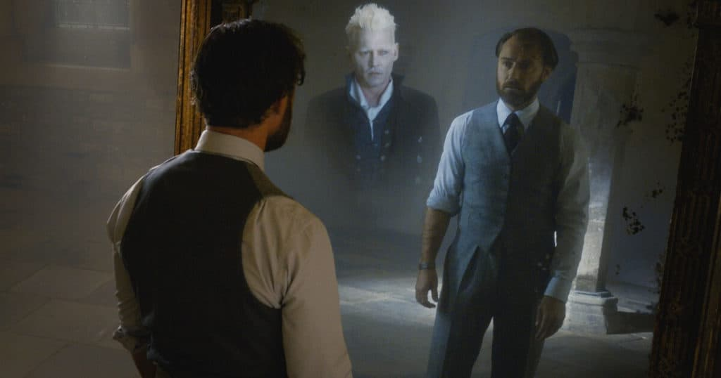 Johnny Depp (Grindelwald) contracena com Jude Law (Dumbledore) em frente ao Espelho de Ojesed