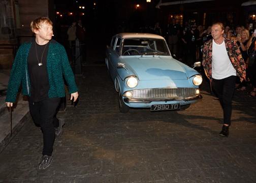 Rupert e Tom com o Ford Anglia