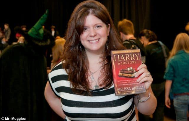 A escritora Melissa Anelli segura um exemplar do livro Harry & Seus Fãs