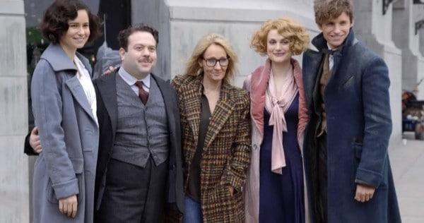 J.K. Rowling e seus personagens no set de 'Animais Fantásticos'