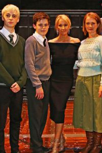 Anthony Boyle, Sam Clemmett, JK Rowling e Poppy Miller (Getty Images)