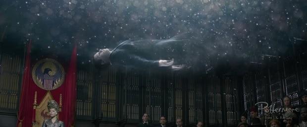 Um homem flutua sinistramente pela MACUSA com marcas misteriosas gravadas em seu rosto
