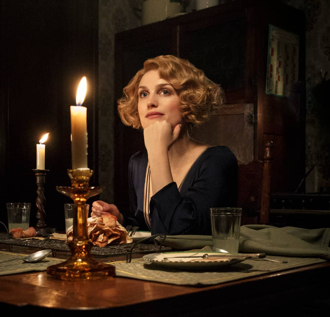 Queenie pensativa durante o jantar