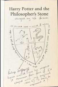 livro raro Pedra Filosofal mão