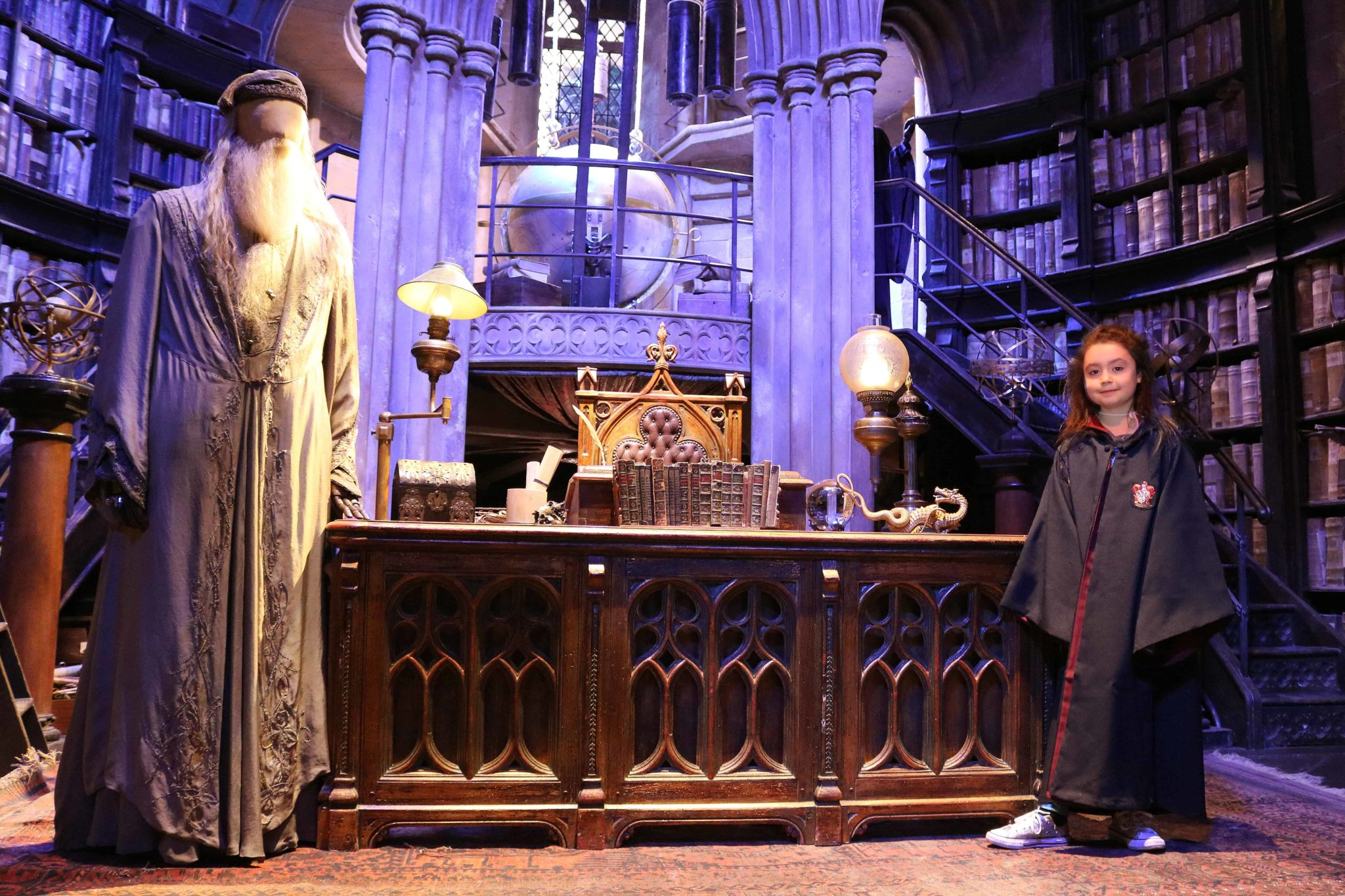 Olivia Murray, visitante do The Making of Harry Potter que visitou o set do escritório de Dumbledore.