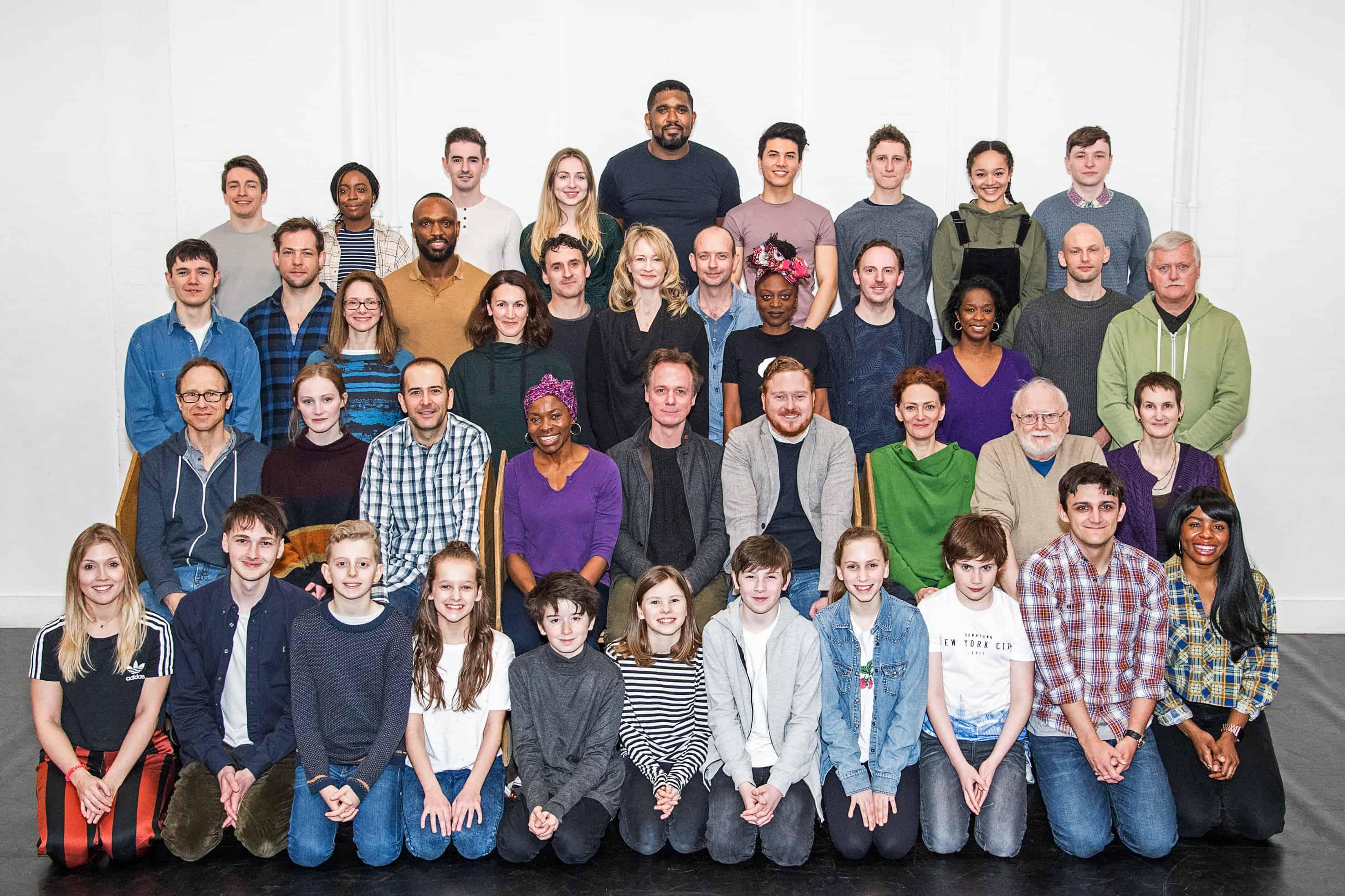 A foto mostra 42 pessoas reunidas e divididas em 4 fileiras.