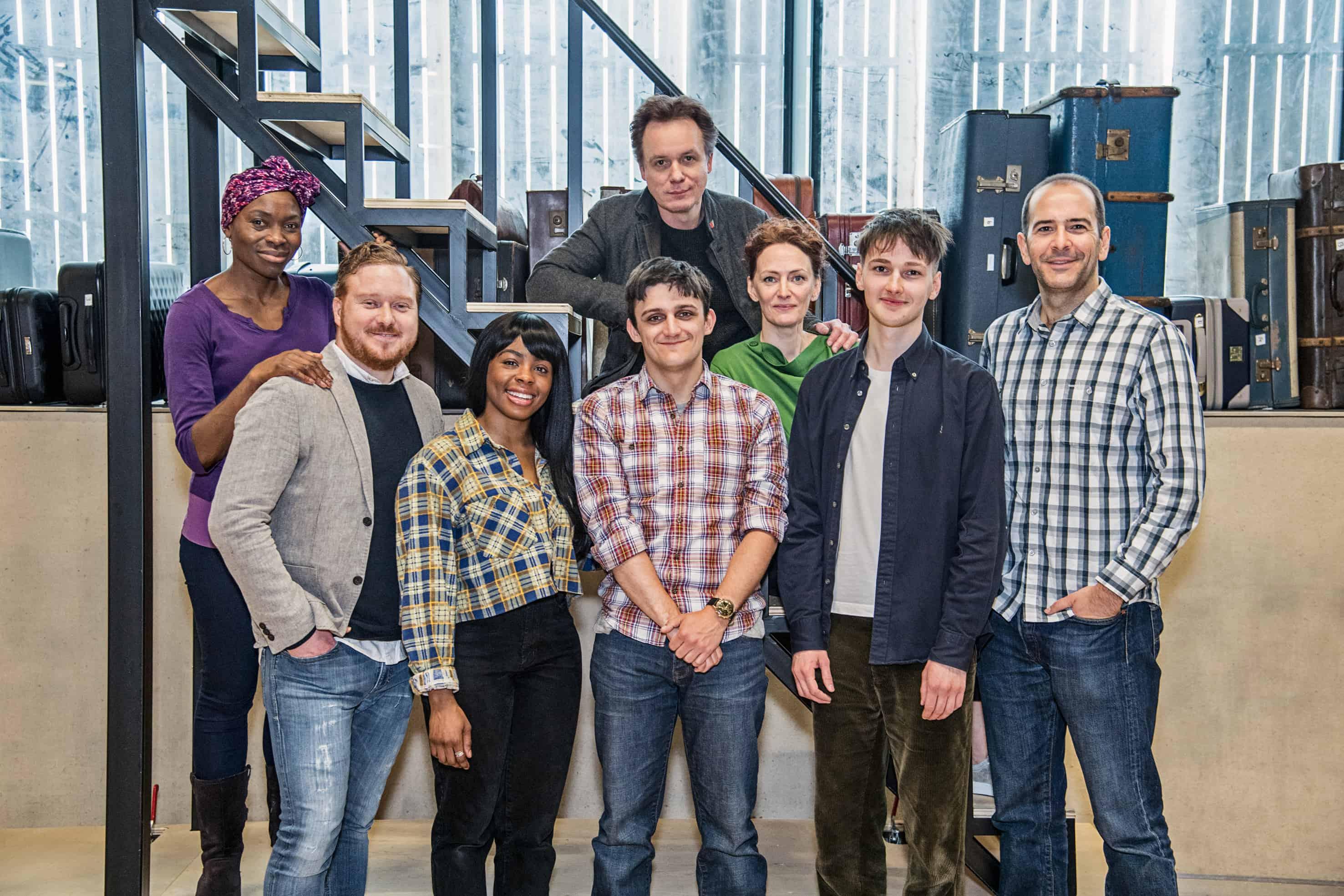 A foto mostra os oito protagonistas de Harry Potter and the Cursed Child sorrindo para a câmera.