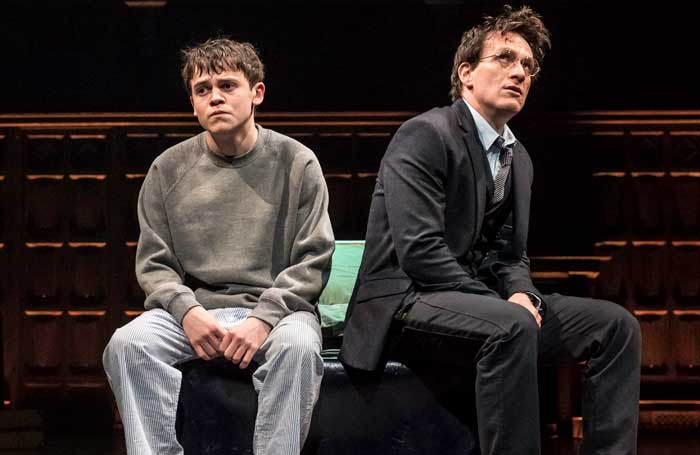 Sam Clemmett e Jamie Parker interpretam Alvo Severo Potter e Harry Potter em Hary Potter and the Cursed Child.