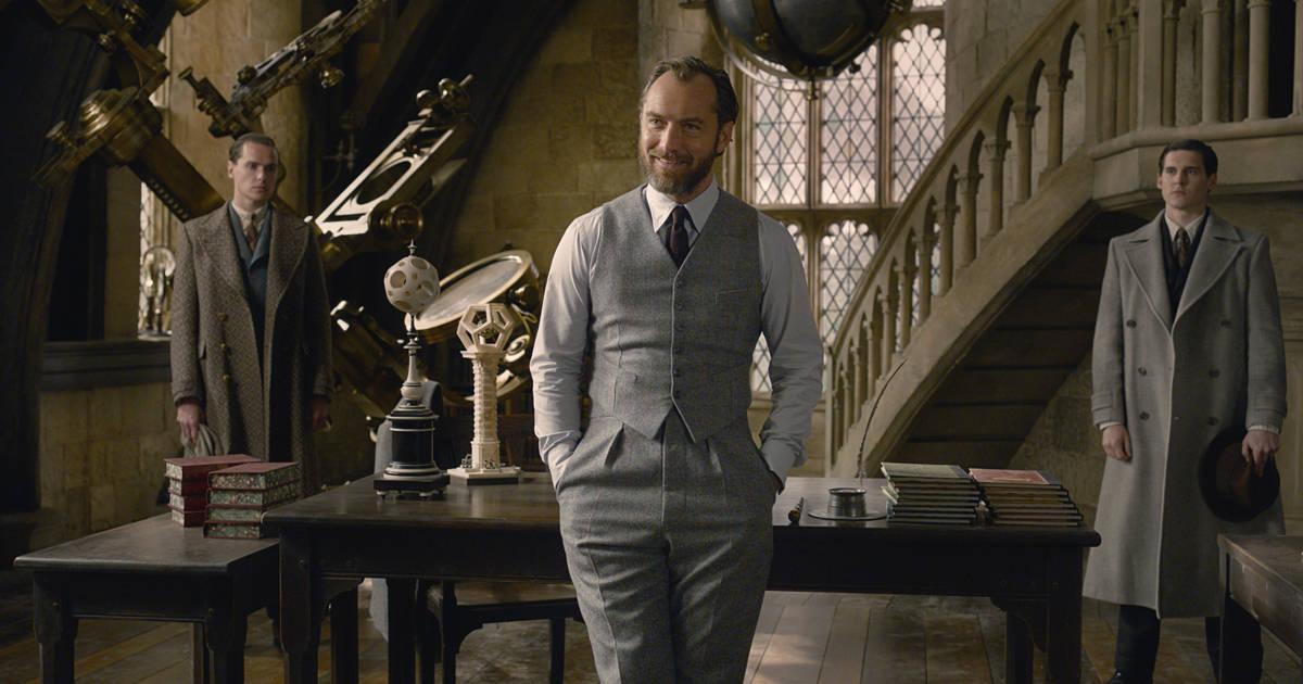 Alvo Dumbledore é interrogado pelo Ministério da Magia na sala de Defesa Contra as Artes das Trevas.