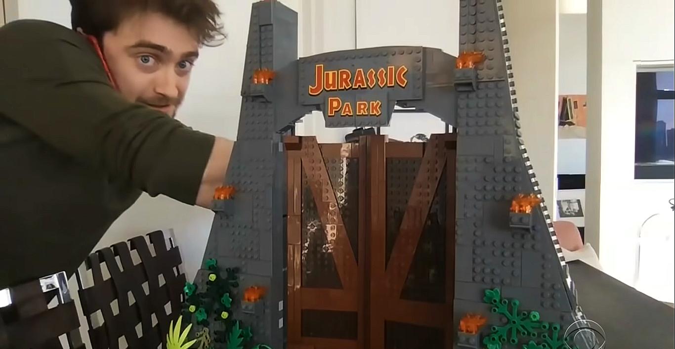 Daniel Radcliffe mostra LEGO de Jurassic Park