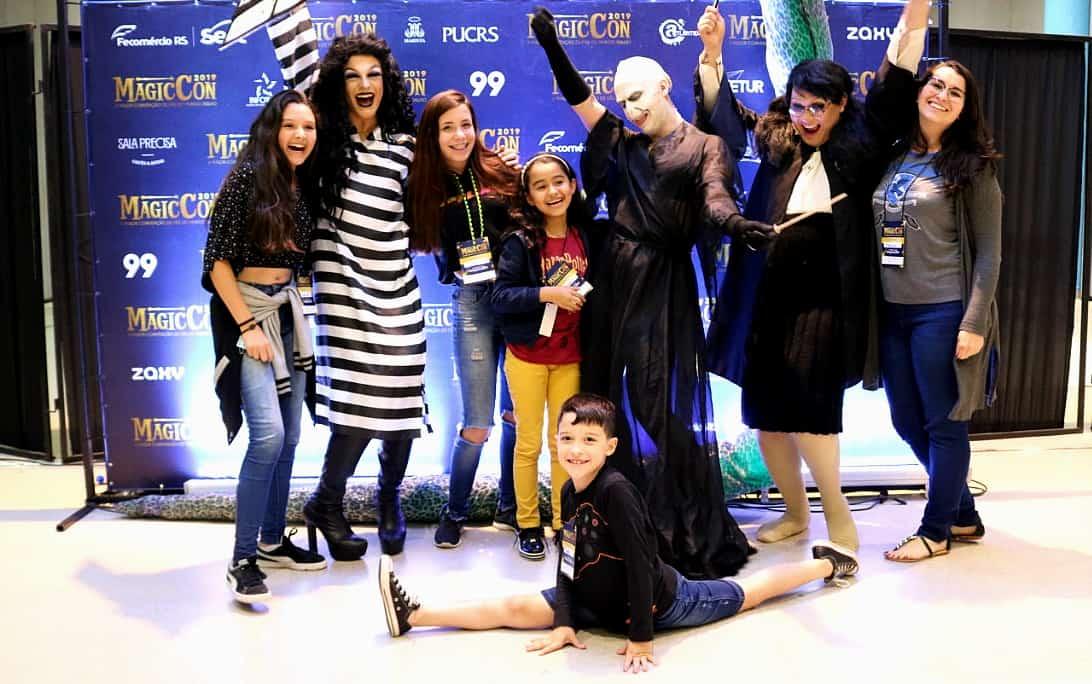 Drag queens recebem crianças para encontro após apresentação de Harry Potter