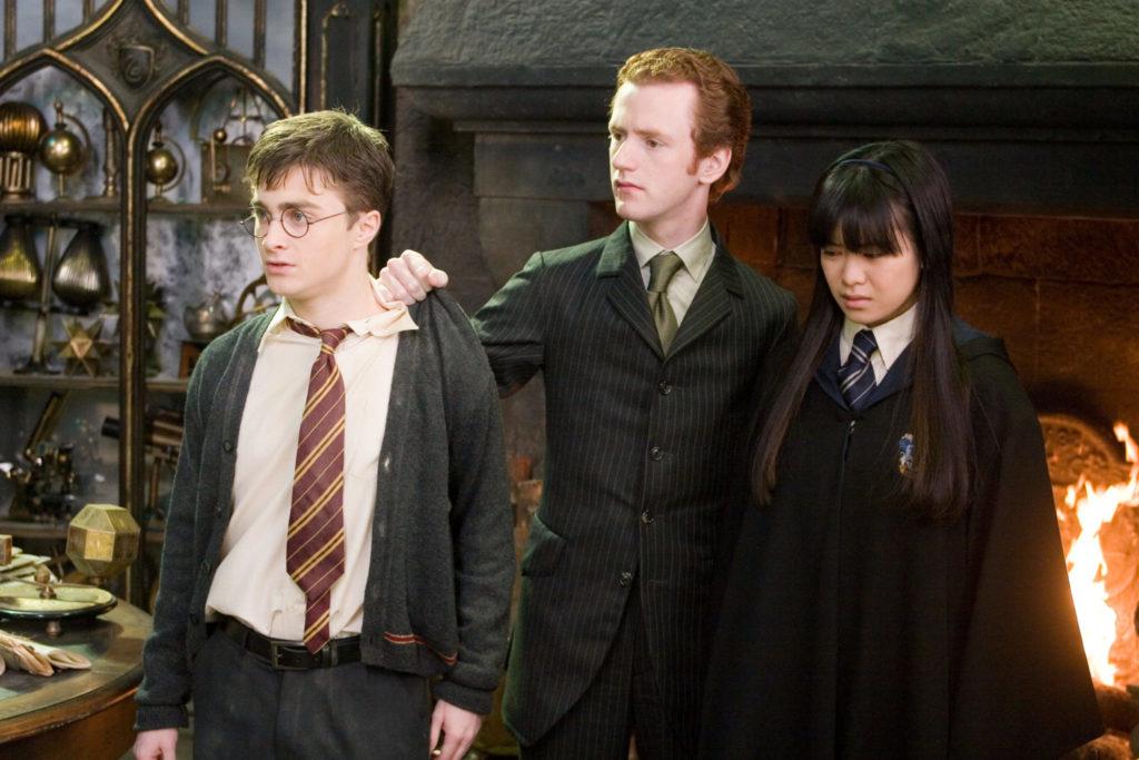Percy Weasley, da Grifinória, detém Harry Potter e Cho Chang por agirem contra o Ministério da Magia