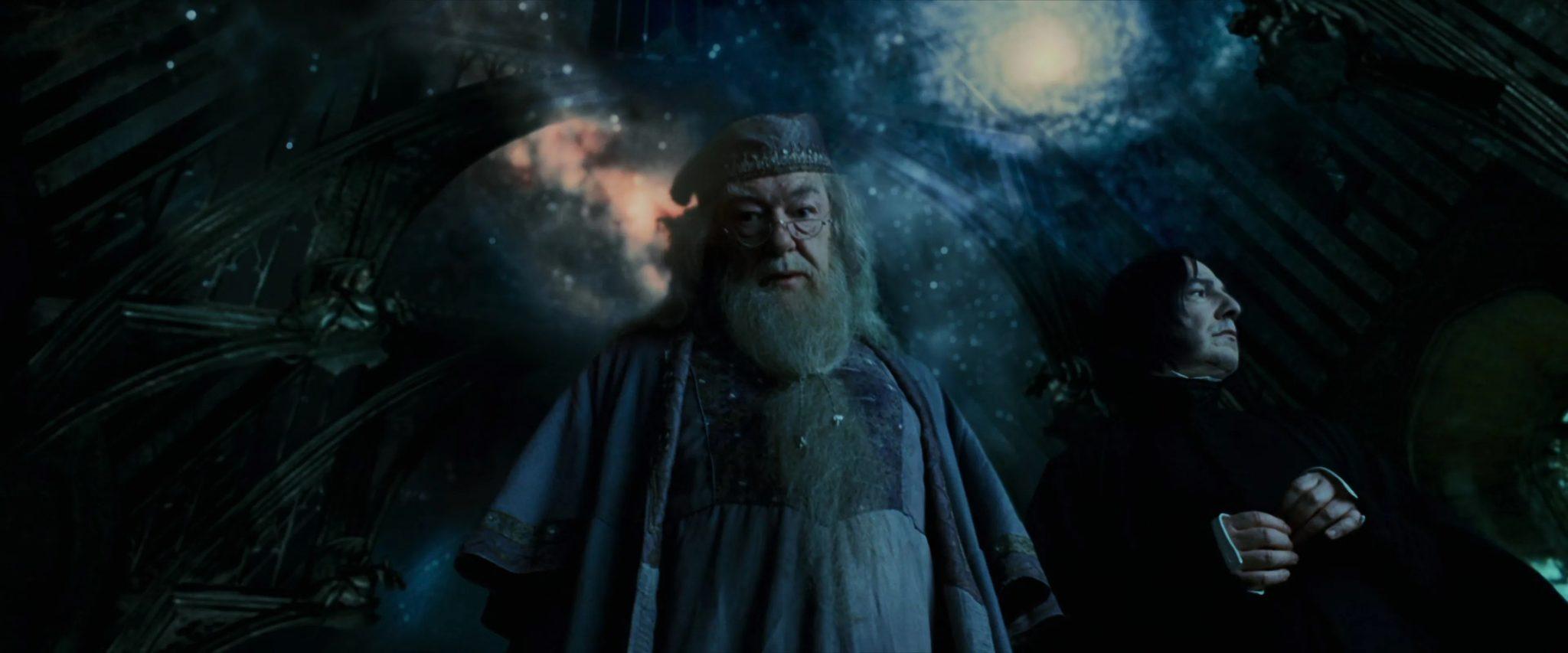 Dumbledore olha para baixo em frente ao céu estrelado do Salão Principal