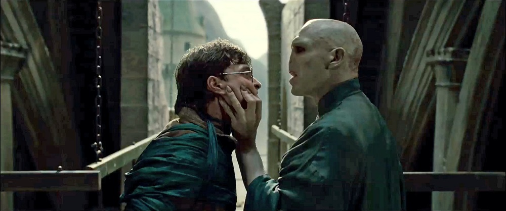 Lord Voldemort segura Harry Potter pelo rosto