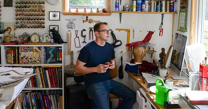 O ilustrador de Harry Potter, Jim Kay, dentro de seu estúdio